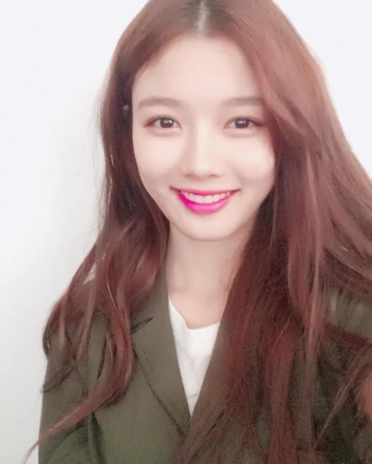 배우 김유정, 레드립으로 여전한 미모 과시
