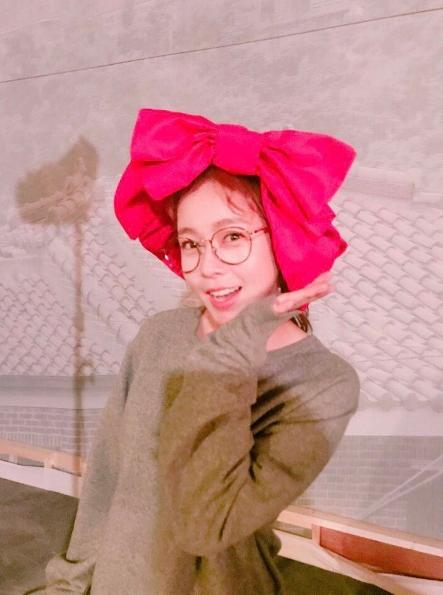 """""""밤을 새워도 행복""""…경수진, '꽃리본+꽃받침' 깜찍 셀카"""