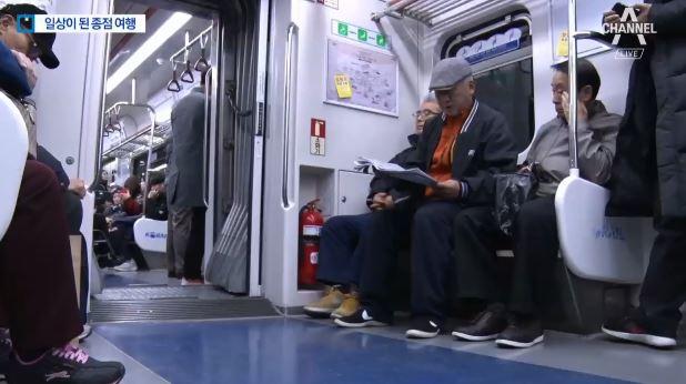 '지하철 여행' 하는 노인들 이미지