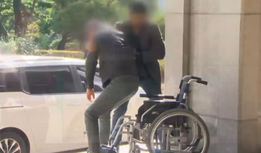 [순간포착]조국 동생의 '야속한 휠체어'