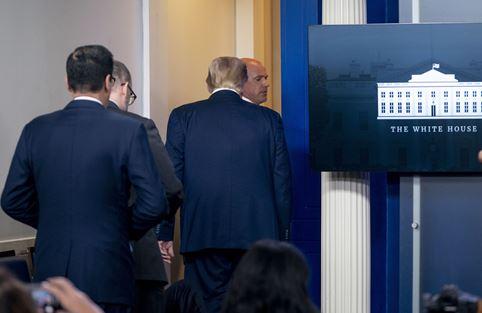 트럼프, '백악관 브리핑룸'서 호위받아 퇴장