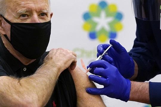 """""""미국 성인 절반은 1회 이상 코로나 백신 접종 마쳤다"""""""