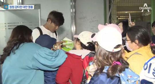 [취재현장'톡']왕웨이중과 팬 서비스 썸네일이미지