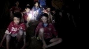 '동굴 실종' 태국 소년들, 어둠 속 살아 있었다