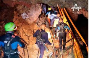 흙탕물 속 1㎞ 잠수해 동굴 탈출…16일 만에 4명 구....