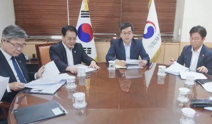 """전체 경제장관들 모여…""""최저임금 수정 검토"""""""