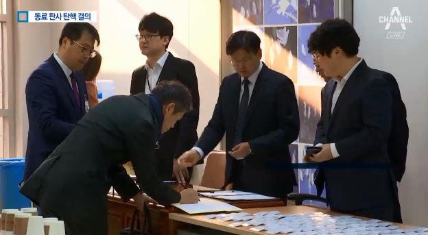 찬반 격론 끝 '동료 판사 탄핵'…사상 첫 결의