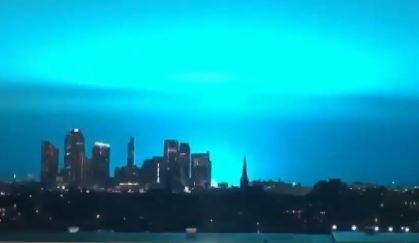 '섬광 번쩍' 뉴욕의 푸른 밤하늘…외계인 침공했나?