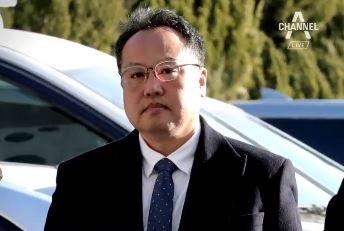'직원 폭행' 송명빈 출석…혐의 질문에 묵묵부답