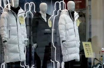 """""""따뜻한 겨울"""" 롱패딩 '주춤'…아이스커피 '불티'"""