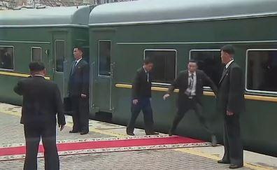 [순간포착] 김정은 걸어갈 레드카펫, 경호원이 점프한 ....