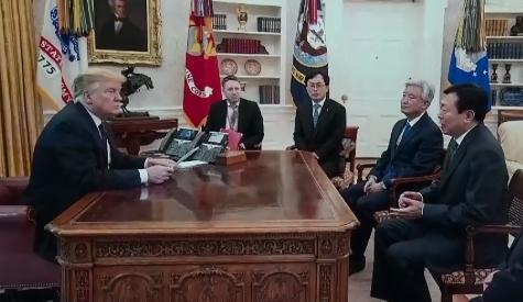 """[순간포착] 신동빈 만난 트럼프, SNS에 """"훌륭한 파...."""