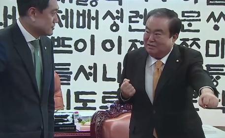 [순간포착] 오신환 만난 문희상, 태권도 자세 취한 이....
