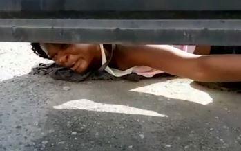 """""""약 좀 주세요"""" 아이티 난민 여성, 맨땅 기며 눈물로...."""