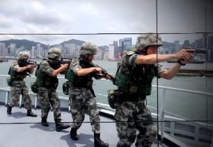 홍콩 입법회 점거에 인민해방군 훈련 공개…시위대 경고?
