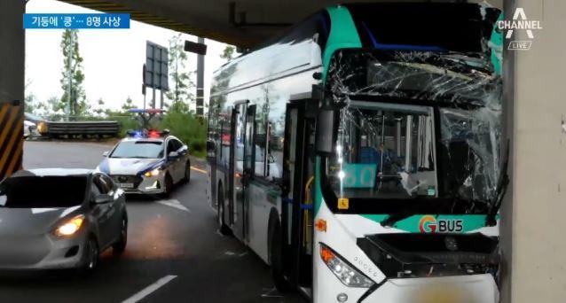 시내버스, 당산역 고가 기둥 들이받아…운전자 사망·승객....
