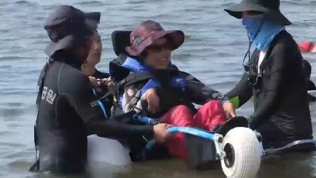 수중 휠체어 타고 바닷속 '풍덩'…지체장애인 웃음꽃 폈....