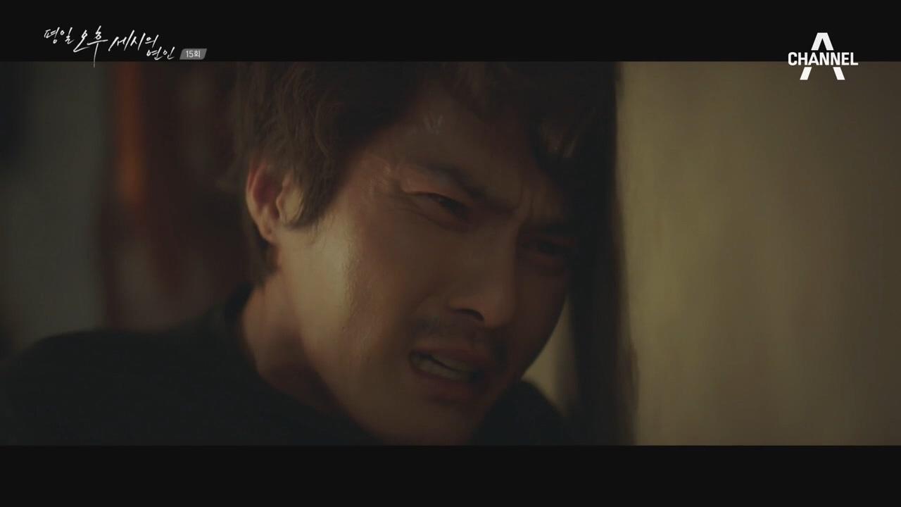 동민과 몸싸움을 하는 동혁..팔을 맞고 쓰러지는데..