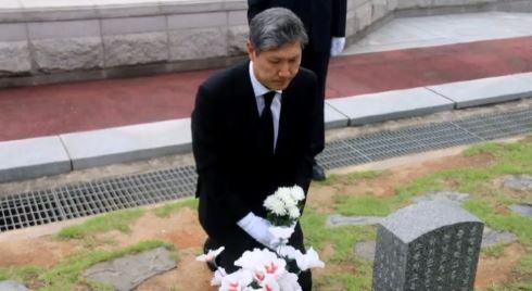 """노태우 전 대통령 아들, 5·18묘지 참배해 """"사죄"""""""