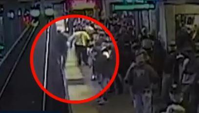 [글로벌 뉴스룸]선로 떨어진 승객 구한 철도직원