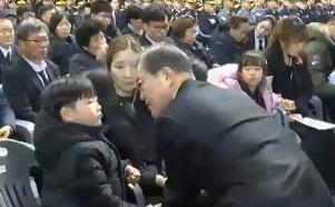 [오픽]독도 영웅들 떠난 날…文, 어린 유족 위로
