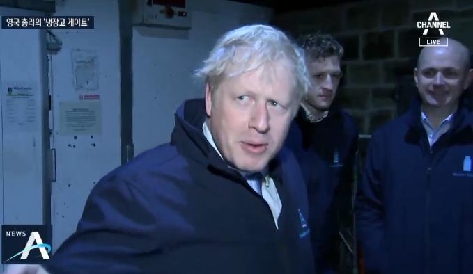 영국 총리, 기자 인터뷰 피해 '대형 냉장고'로 쏙?