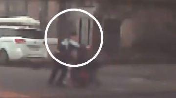 차도로 미끄러진 '유모차 사고' 막은 경찰