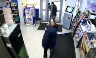 슈퍼마켓에서 벌어진 '후추' vs '대걸레'