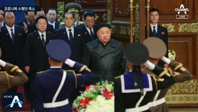 김정은, '김정일 생일' 금수산 참배…수행단 대폭 축소