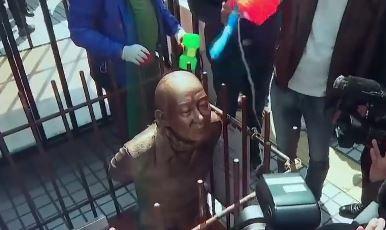 [순간포착]법원 앞 '무릎 꿇은 전두환' 동상