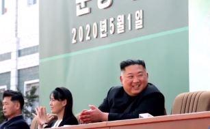 김정은, 사망설 보란 듯 함박웃음 복귀