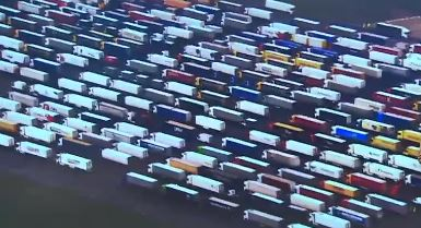"""[세상터치]'주차장인 줄'…발 묶인 트럭들 / """"킁킁""""...."""