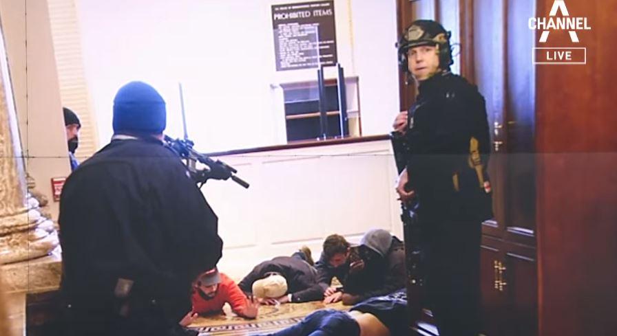 길 터주고 사진 찍고…느슨했던 경찰 부실대응 논란