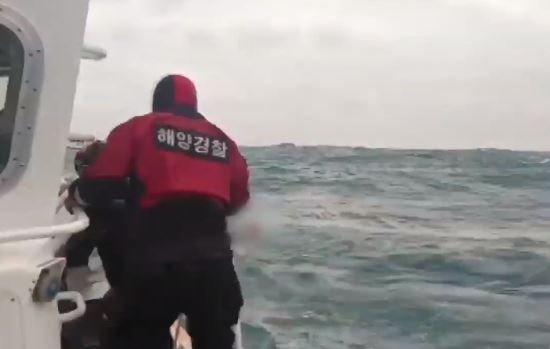 """거제 해상서 대형어선 침몰…""""7명 구조·3명 수색"""""""