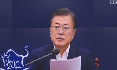 """문 대통령 """"자영업 손실보상제도 검토하라"""" 첫 언급"""