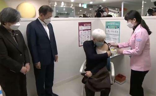 """요양시설은 보건소 직원들이 방문 접종…""""독감 주사 같아...."""