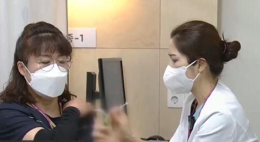 화이자 접종 시작…'1호 접종' 코로나 병동 미화원