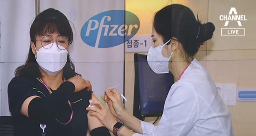 화이자 백신도 접종 시작…1호는 코로나 병동 미화원