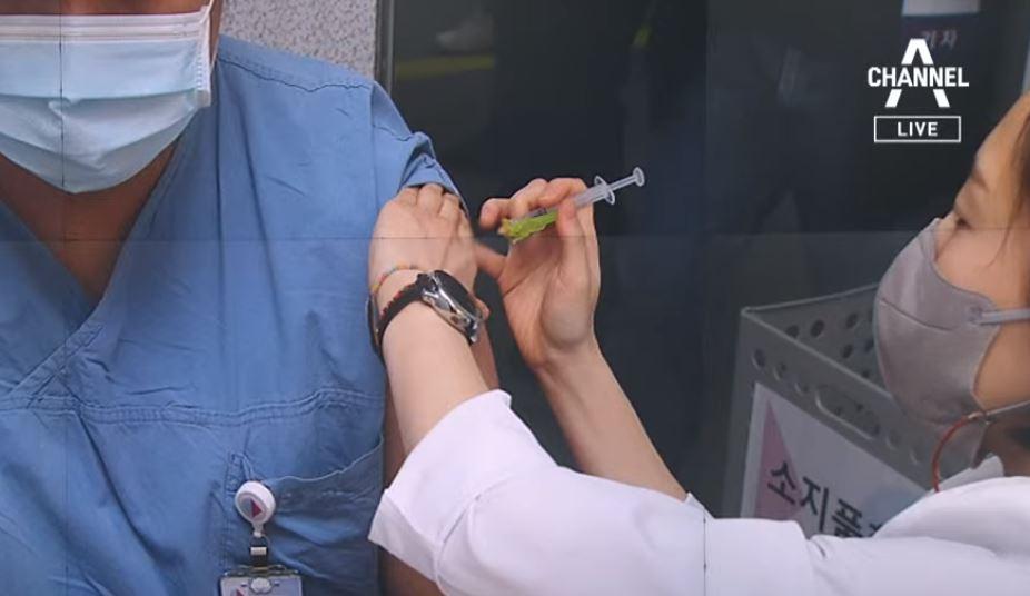 'K-주사기'로 백신 쥐어짜기…병당 최대 2명 추가 접....