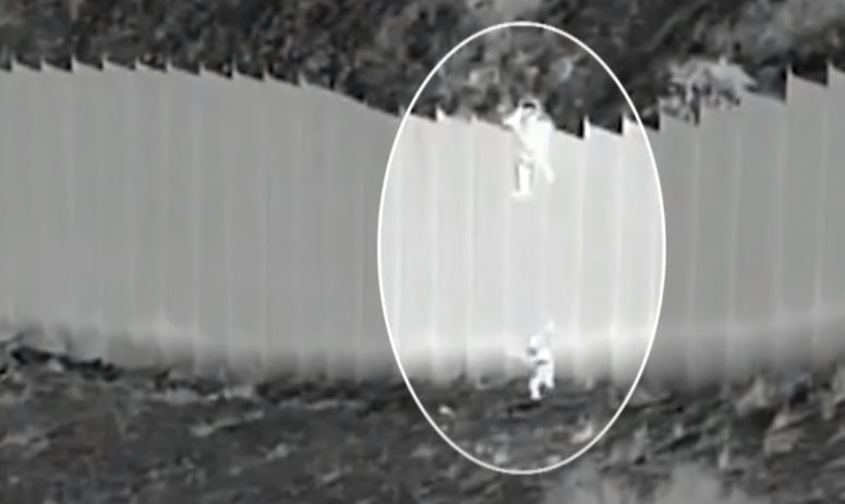 4m 장벽서 짐짝처럼 내던져진 '국경의 아이들'