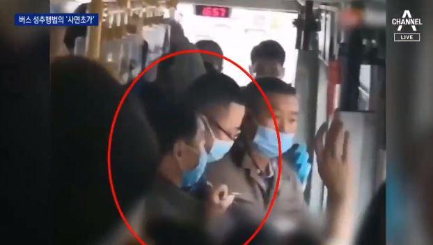 """中 버스 승객들 """"문 닫아""""…성추행범 도주 막았다"""