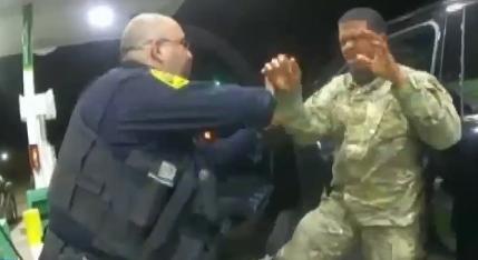 美 백인 경찰, '전기의자 위협'하며 흑인 장교에 최루....