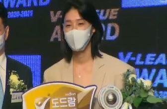 김연경, 팀 준우승하고도 MVP…다음 시즌 어디서?