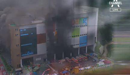 이천 쿠팡물류센터 다시 불길…구조대장 7시간째 고립