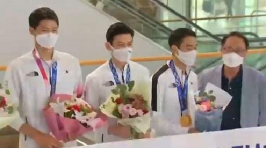 '금빛 찌르기' 펜싱, 올림픽 2연패…'어벤져스' 금의....