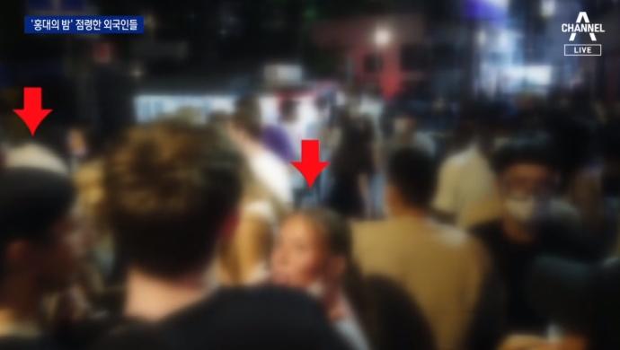 '노마스크' 외국인 수백 명, 홍대 앞서 심야 술판
