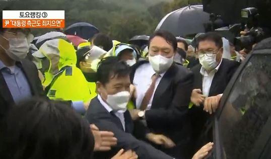 윤석열, 박정희 생가 방문…시위대에 봉변