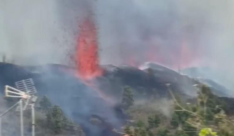50년 만에 라 팔마 섬 화산 폭발…집 안까지 덮친 용....