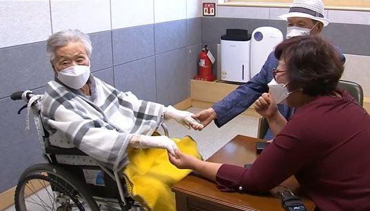 """""""엄마 울지 마""""…너무 짧은 요양병원 10분 만남"""