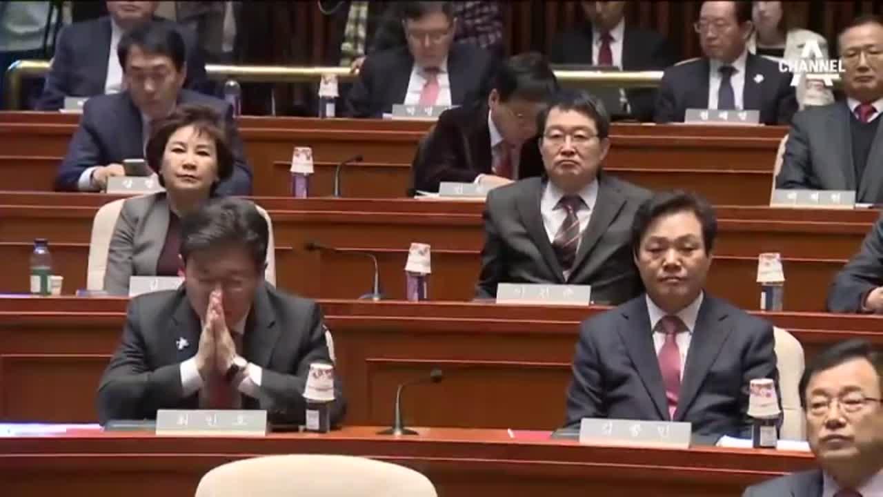친박의 단심가 '朴 향한 충절'…文 예비후보 등록 연기